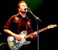 Joe Strummer, durante una actuación, el 8 de junio en Londres